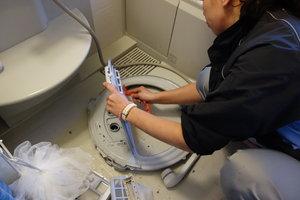洗濯機クリーニング_中ぶたを洗う.JPG
